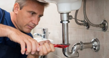 Why should you hire professional plumbers?